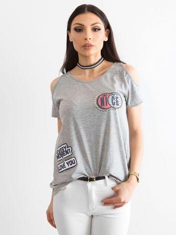 T-shirt szary z wycięciami i naszywkami