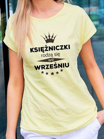 T-shirt z nadrukiem KSIĘŻNICZKI RODZĄ SIĘ WE WRZEŚNIU żółty
