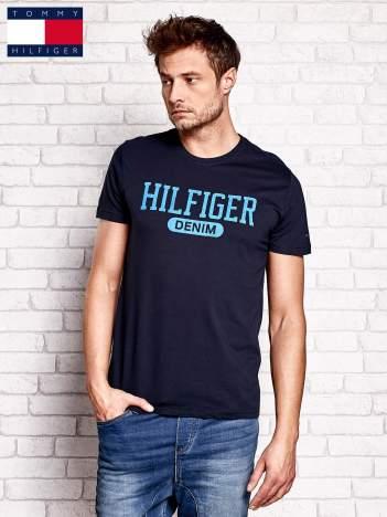 TOMMY HILFIGER Granatowy t-shirt męski z napisem HILFIGER DENIM