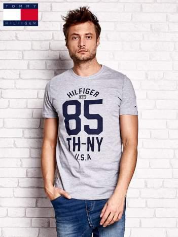 TOMMY HILFIGER Szary t-shirt męski z napisem 85