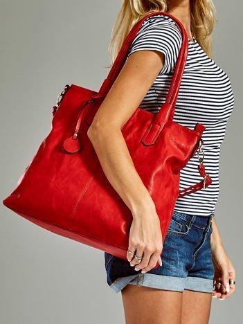 Torebka shopper z ozdobną zawieszką czerwona
