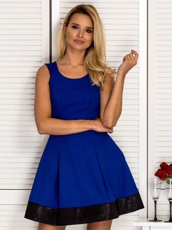 Trapezowa sukienka koktajlowa z zakładkami kobaltowa
