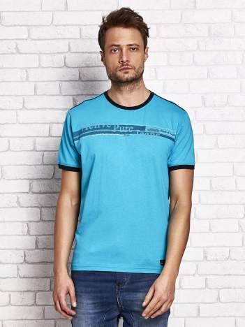 Turkusowy t-shirt męski z motywem tekstowym