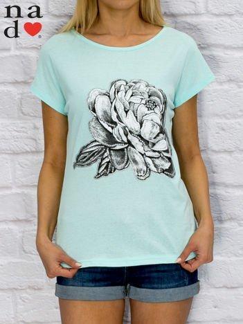 Turkusowy t-shirt z różą