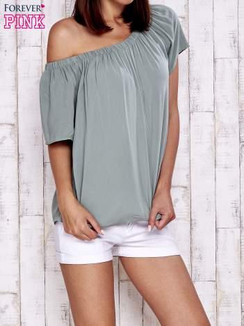 Zielona bluzka z odkrytymi ramionami