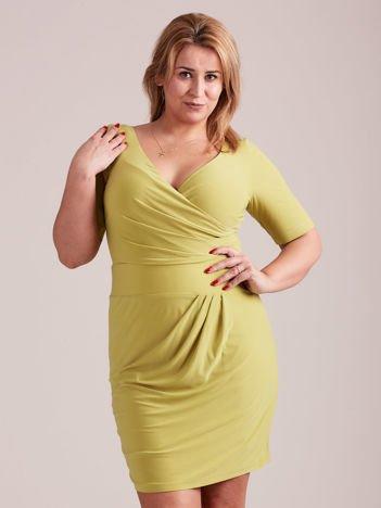 8709773f19 Zielona drapowana sukienka z kopertowym dekoltem PLUS SIZE