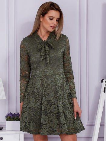 Zielona koronkowa sukienka z wiązaniem