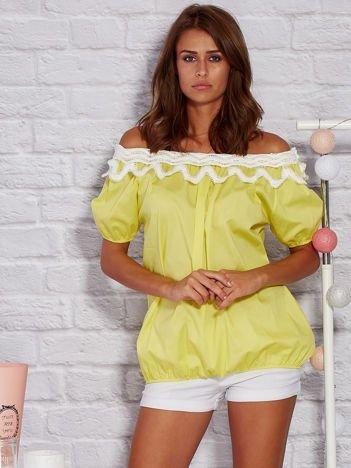 Żółta bluzka z ozdobnym dekoltem