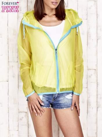 Żółta kurtka wiatrówka z niebieskim suwakiem