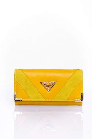 Żółty portfel z ozdobnym detalem i złotymi okuciami
