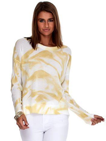 Żółty sweter w abstrakcyjne wzory
