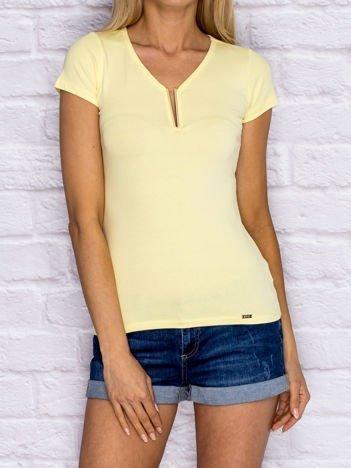 Żółty t-shirt z biżuteryjną wstawką przy dekolcie