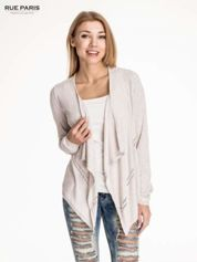 Beżowy sweter z kaskadowymi bokami i oczkami