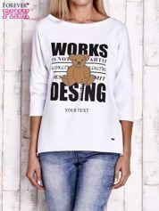 Biała bluzka oversize z nadrukiem i surowym wykończeniem