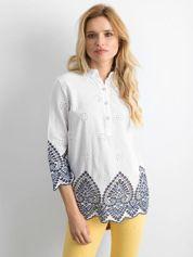 Biała bluzka z ażurowym wykończeniem