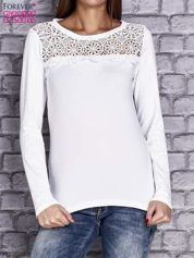 Biała bluzka z koronkową wstawką