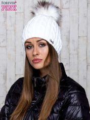Biała czapka z warkoczowym splotem i futrzanym pomponem