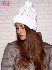 Biała dziergana czapka z pomponem