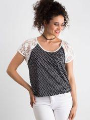 Biało-czarny wzorzysty t-shirt z koronkowymi rękawami