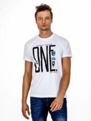 Biały t-shirt męski z nadrukiem i napisem ONE