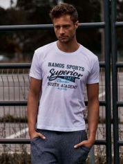 Biały t-shirt męski ze sportowym nadrukiem i napisem SUPERIOR
