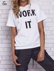 Biały t-shirt z kapturem i napisem WORK IT