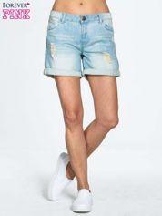 Błękitne jeansowe szorty z podwijanymi nogawkami