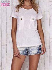 Brzoskwiniowy t-shirt z egzotycznymi przypinkami