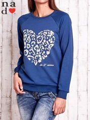 Ciemnoniebieska bluza z nadrukiem serca i napisem JE T'AIME