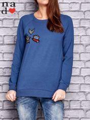 Ciemnoniebieska bluza z naszywkami