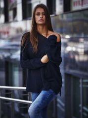 Ciemnoniebieski sweter oversize z rozcięciami po bokach