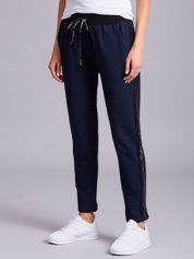 Ciemnoniebieskie spodnie z lampasami