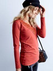 Ciemnopomarańczowa bluzka z koronkowym dekoltem