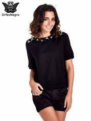 Czarna koszula dwuwarstwowa z biżuteryjnym dekoltem