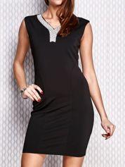 Czarna ołówkowa sukienka z błyszczącą aplikacją