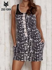 Czarna sukienka w geometryczne wzory z koronkowymi ramiączkami