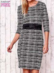 Czarna sukienka w graficzne wzory z koronkową aplikacją