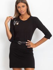 Czarna sukienka z kwiatową naszywką