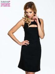 Czarna sukienka z wycięciem na dekolcie