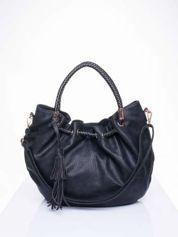 Czarna torebka z plecionymi uchwytami i frędzlami