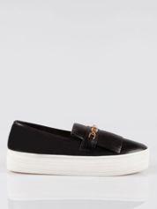 Czarne buty slip on ze złotym łańcuchem