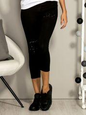 Czarne krótkie legginsy z dżetami i rozcięciami