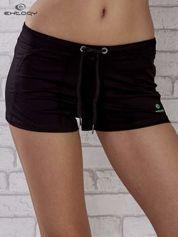Czarne szorty sportowe z zieloną wstawką