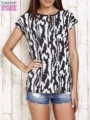 Czarno-biały t-shirt w abstract print z łezką