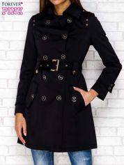 Czarny dwurzędowy płaszcz z wiązaniem