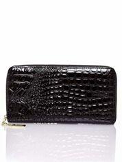 Czarny portfel kopertówka z motywem skóry krokodyla
