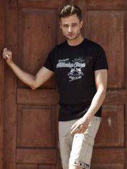 Czarny t-shirt męski z nadrukiem napisów w sportowym stylu
