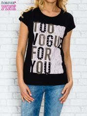 Czarny t-shirt z napisem TOO VOGUE FOR YOU z dżetami