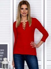 Czerwona bluzka w prążek z ozdobnymi kółeczkami