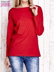 Czerwona bluzka z wycięciem na plecach i kokardą